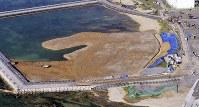 米軍普天間飛行場移設のための埋め立てが進む沖縄県名護市辺野古の沿岸部。このような写真取材にドローンが利用されている=2019年2月14日午前