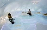 ベッドや椅子、テーブルも氷でつくられた「氷のホテル」=北海道占冠村の「星野リゾート トマム」で2019年2月11日、貝塚太一撮影