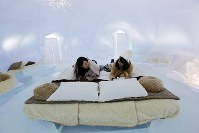 ベッドや椅子、テーブルも氷でつくらえた「氷のホテル」=北海道占冠村の「星野リゾート トマム」で2019年2月11日、貝塚太一撮影