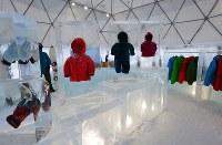 本格的な寒さに備え防寒着なども販売している「氷のShop」=北海道占冠村の「星野リゾート トマム」で2019年2月11日、貝塚太一撮影