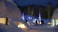 「氷のホテル」や「氷の教会」、「氷のBar」や「氷のShop」などが並ぶ「アイスビレッジ」=北海道占冠村の「星野リゾート トマム」で2019年2月11日、貝塚太一撮影