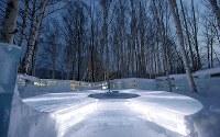 「氷のホテル」の奥にある白樺の森に囲まれた「氷の露天風呂」=北海道占冠村の「星野リゾート トマム」で2019年2月11日、貝塚太一撮影
