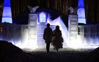 挙式を終え、氷の教会から出てくる新郎新婦=北海道占冠村の「星野リゾート トマム」で2019年2月11日、貝塚太一撮影