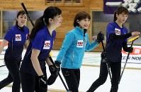 【カーリング日本選手権・女子決勝】第5エンド、4得点に笑顔を見せる中部電力の選手たち=どうぎんカーリングスタジアムで2019年2月17日、貝塚太一撮影