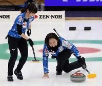 【カーリング日本選手権・女子決勝】第8エンド、体制を崩してのショットとなり笑顔を見せるロコ・ソラーレのスキップ・藤沢(右)=どうぎんカーリングスタジアムで2019年2月17日、貝塚太一撮影
