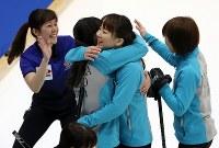 【カーリング日本選手権・女子決勝】ロコ・ソラーレを破って優勝し、喜ぶ中部電力の選手たち=どうぎんカーリングスタジアムで2019年2月17日、貝塚太一撮影