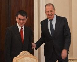 1回目の平和条約交渉に臨む河野太郎外相(左)とラブロフ露外相=モスクワのロシア外務省で2019年1月14日、大前仁撮影