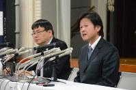 慶応大の中村雅也教授(右)とチームを主導する岡野栄之教授=東京都新宿区信濃町の慶応大信濃町キャンパスで2019年2月18日午後3時半、荒木涼子撮影
