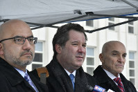 有罪評決後、記者会見したエルチャポの弁護団。リッチマン(中央)は「精いっぱい闘った」と話した=ニューヨーク市ブルックリン地区の連邦地裁で12日、國枝すみれ撮影