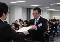 表彰を受ける大阪電気通信大学の山下泰裕さん