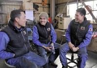 日本での生活を語るベトナム人技能実習生のトゥエンさん(右)ら=千葉県流山市で2019年1月28日