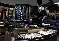 売り場にはさまざまな色や柄のネクタイがそろう。迷ったら詳しい店員に相談したい=阪急メンズ東京で