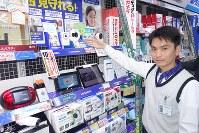 さまざまなタイプのネットワークカメラが並ぶヨドバシカメラの店舗=東京・秋葉原で