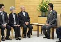 安倍晋三首相(右端)との面会で発言する北朝鮮による拉致被害者家族会代表の飯塚繁雄さん(右から2人目)、横田めぐみさんの母早紀江さん(同3人目)=首相官邸で2019年2月19日午後4時、川田雅浩撮影
