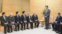 安倍晋三首相(右から2人目)の話を聞く北朝鮮による拉致被害者家族会代表の飯塚繁雄さん(同3人目)、横田めぐみさんの母早紀江さん(同4人目)=首相官邸で2019年2月19日午後3時55分、川田雅浩撮影