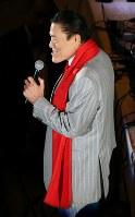 「ジャイアント馬場没20年追善興行」のオープニングで挨拶するアントニオ猪木参院議員=東京都墨田区の両国国技館で2019年2月19日午後6時35分、山本晋撮影