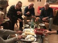 いろいろな種類のチーズを食べて、ゲームの前に腹ごしらえをする「ソワレ・ジュー」のお客さんたち=2019年1月25日、久野華代撮影