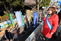 Asthma patient Makiko Ishikawa, right, makes a speech during a rally calling for the establishment of a nationwide medical subsidy system for asthma patients, in front of Toyota Motor Corp.'s Tokyo headquarters in Bunkyo Ward on Feb. 18, 2019. (Mainichi/Toshiki Miyama)