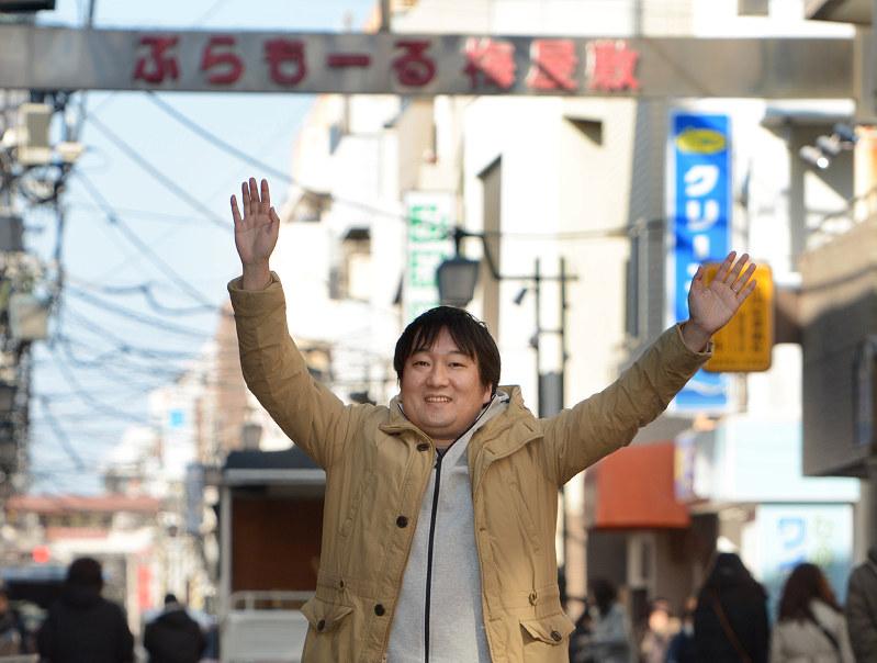 「背景のぷらもーる梅屋敷商店街(東京都大田区)も、アニメ『Fate』に出てくる商店街のモチーフなんですよ」 撮影=武市公孝