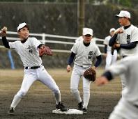 守備練習をする大分の選手たち=森園道子撮影