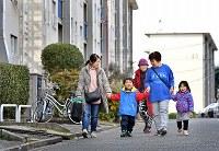 若い世代の入居者も増え、古くからの入居者が「おばあちゃん」代わりになっている=堺市南区で2019年2月16日、山田尚弘撮影