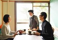 空き部屋を改装した「やまわけキッチン」では新鮮な野菜や定食が楽しめる=堺市南区で2019年2月16日、山田尚弘撮影