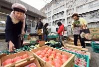 週末には野菜の移動販売「ちゃやマルシェ」が開かれている=堺市南区で2019年2月16日、山田尚弘撮影