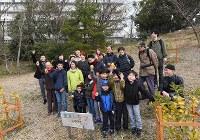 市民団体と公社が遊休地をレモン畑として活用している。この日、初めての収穫祭が開かれ、8個の実を収穫した=堺市南区で2019年2月16日、山田尚弘撮影