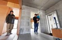 若手デザイナーの手で改装された「ニコイチ」の部屋。打ちっ放しのコンクリート内装が新鮮さを感じさせる=堺市南区で2019年2月16日、山田尚弘撮影