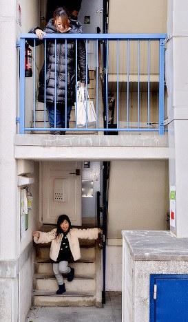 建物にはエレベーターはない。階段を子どもが元気良く駆け下りていた=堺市南区で2019年2月16日、山田尚弘撮影