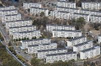 丘陵に連なるように建つ茶山台団地=堺市南区で2019年2月13日、本社ヘリから山田尚弘撮影
