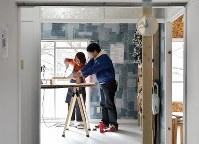 部屋を自由に改修できるよう電動工具を貸し出す「DIY工房」もオープンした=堺市南区で2019年2月16日、山田尚弘撮影