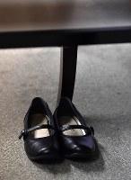 黒嘉嘉七段との対局で席に正座するために脱いで足下に置かれた仲邑菫さんの靴=東京都千代田区の日本棋院東京本院で2019年2月20日、宮間俊樹撮影