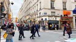 日本食レストランやアジア食材店が多いエリア。食事時のラーメン店前には行列ができる=パリ市内で筆者撮影