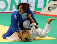 2010年の世界選手権女子57キロ級決勝で一本勝ちした松本薫。この階級で日本人初の頂点に立った=国立代々木競技場第1体育館で、大西岳彦撮影