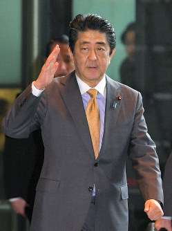Prime Minister Shinzo Abe arrives at the prime minister's office on the morning of Feb. 19, 2019. (Mainichi/Koichiro Tezuka)