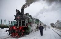2月20日、ロシアのトベリ地域で、1976年以来初めて定期便の蒸気機関車が昨秋から復活し、地元の人々を楽しませている。写真は9日、オスタシコフ駅で撮影(2019年 ロイター/Maxim Shemetov)