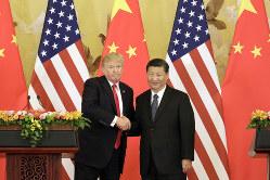内憂外患の習近平・中国国家主席(右)とトランプ米大統領 ブルームバーグ提供