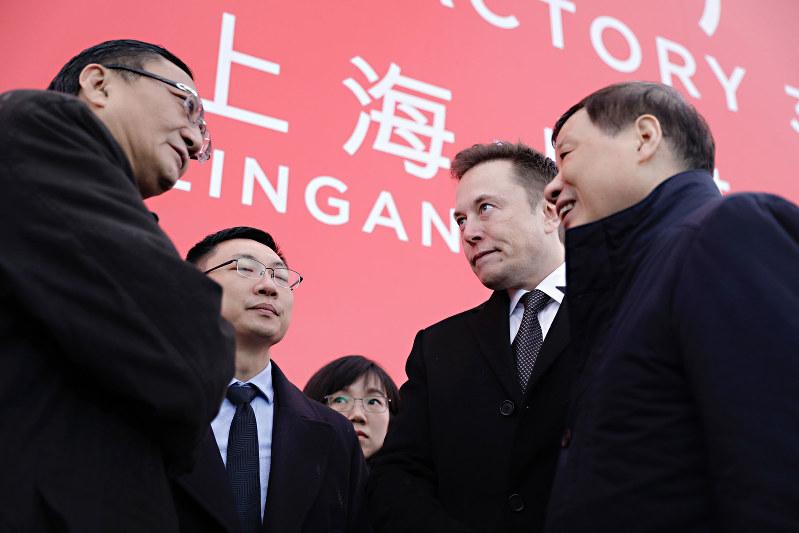 上海EV工場の起工式に出席した米テスラのイーロン・マスクCEO(右から2人目)