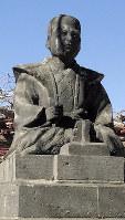宇都宮市立東小学校の校庭にある蒲生君平像=広瀬登撮影
