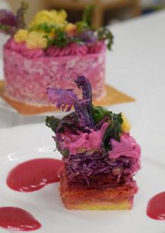 紫色が鮮やかなベジデコサラダ。刻んだニンジンや紫キャベツを大豆粉のスポンジではさみ、豆腐クリームでデコレーションした=名古屋市昭和区で2019年2月8日午後3時、町田結子撮影