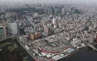 解体が進む築地市場(手前)=東京都中央区で2018年11月18日午後2時14分、本社ヘリから玉城達郎撮影