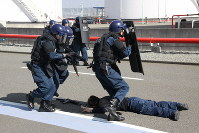 Members of the MPD's antiterrorism unit at Haneda Airport seize an officer playing the part of a terrorist during a drill at the airport in Tokyo's Ota Ward, on Feb. 20, 2019. (Mainichi/Takayuki Kanamori)