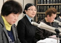 One of the plaintiffs, center, attends a press conference after the ruling on Feb. 20, 2019, in Tokyo's Chiyoda Ward. (Mainichi/Naotaka Ito)