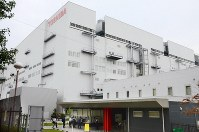 This file photo taken in September 2017 shows the Yokkaichi plant of Toshiba Memory Corp., in Mie Prefecture. (Kyodo)