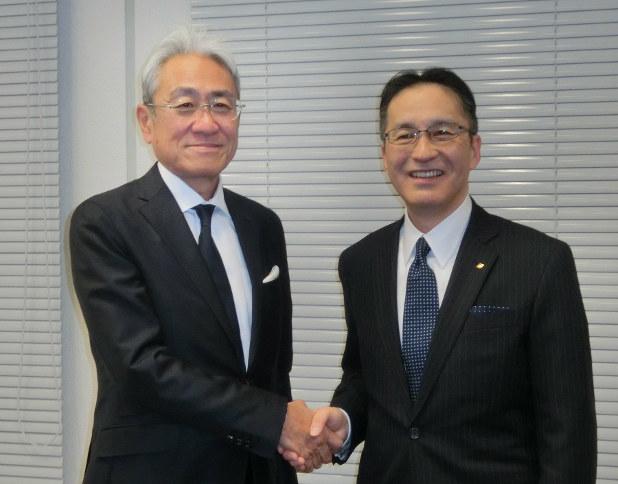 社長交代を発表した国文文也社長(左)と柿木次期社長