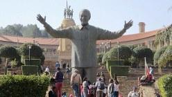 首都プレトリアを見下ろす丘の上に立つネルソン・マンデラの銅像(写真は筆者撮影)
