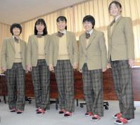 制服のスラックスを着こなす高崎市立高崎経済大学付属高校の女子生徒たち=群馬県高崎市の同校で、鈴木敦子撮影
