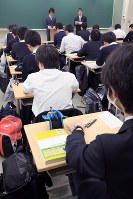 都立西高校の試験に臨む受験生=東京都杉並区で2019年2月22日午前8時33分、梅村直承撮影
