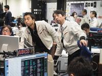 タッチダウン時に運用を担うスタッフへのシフト4ブリーフィングの様子=2019年2月22日5時ごろ、JAXA提供